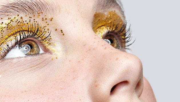 Maquiagem de olhos brilhantes